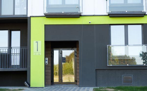 Jakie drzwi wejściowe do budynku wielorodzinnego? Wymagania prawne, parametry techniczne