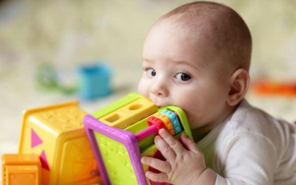 Ząbkowanie bez bólu: co robić, by niemowlak nie cierpiał z powodu ząbkowania