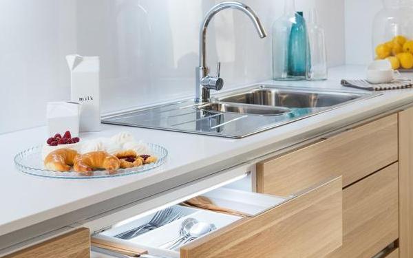 Szkło do kuchni nad blatem - wady i zalety. Jak wybrać szkło do kuchni na ścianę?